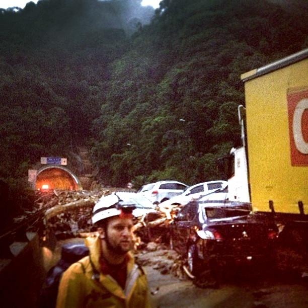 23.fev.2013 - Imagem publicada por usuário da rede social Instagram mostra a situação em trecho da rodovia dos Imigrantes após um deslizamento de terra provocado por uma enxurrada. 24 veículos foram amontoados na estrada, que liga a baixada santista a São Paulo