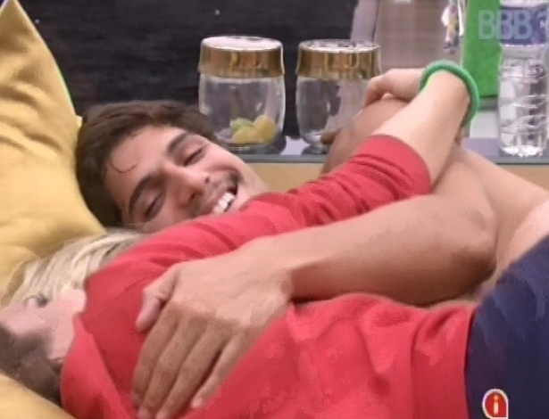 23.fev.2013 - Kamilla, Fernanda e André riem enquanto se abraçam no quarto do líder