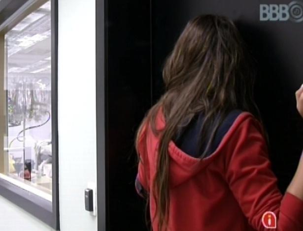 """23.fev.2013 - Kamilla ouve conversa de André e Fernanda pela porta, antes de pedir para entrar no quarto: """"Eu ouvi o que vocês falaram"""""""