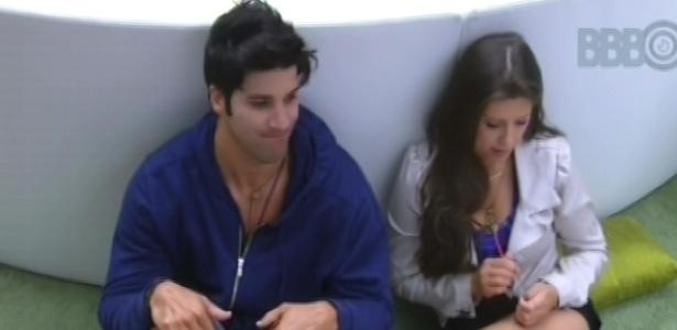 23.fev.2013 - Marcello e Andressa conversam sobre os concursos de miss que a paranaense já participou