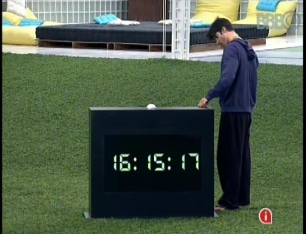 23.fev.2013 - Marcello observa o relógio instalado no jardim, que voltou a funcionar na noite de sexta-feira