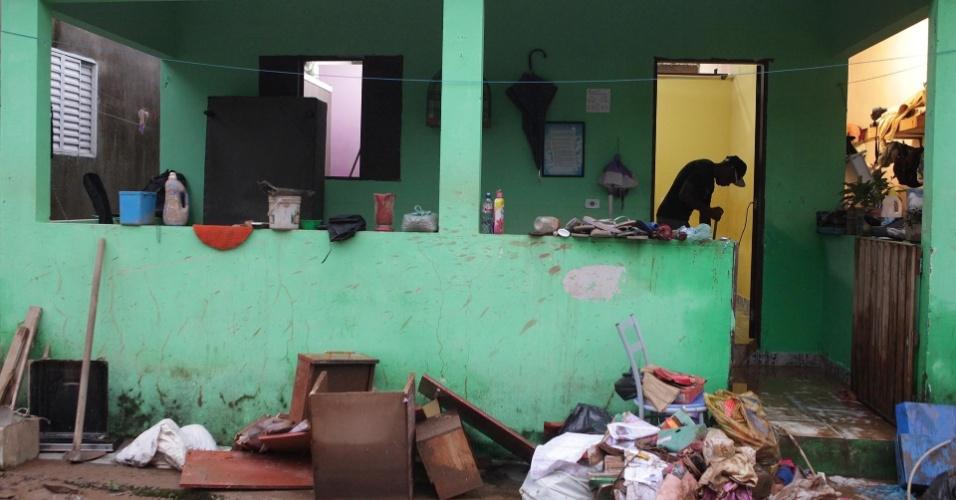 23.fev.2013 - Morador limpa casa neste sábado (23) após temporal atingir a cidade de Cubatão, na região do litoral de São Paulo