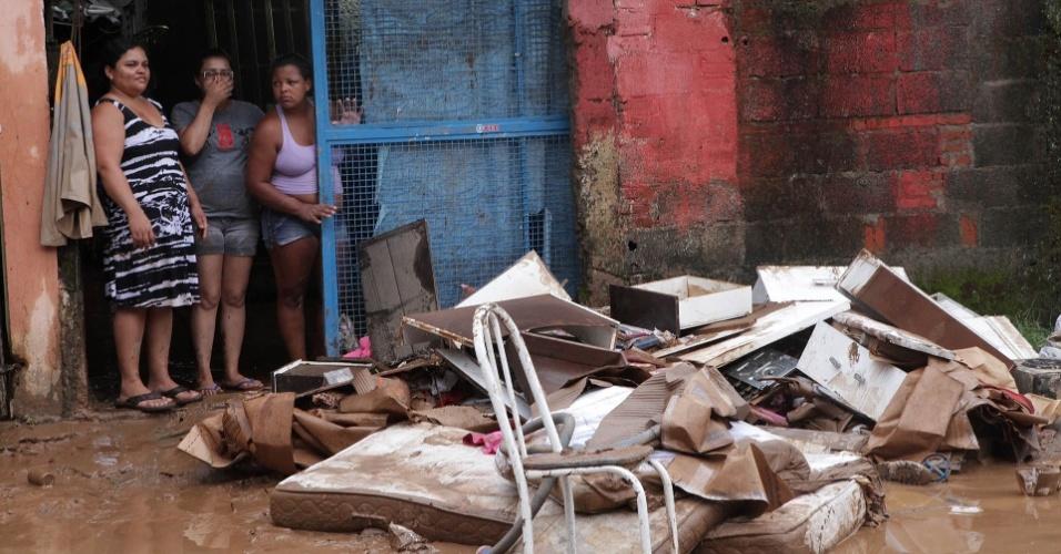 23.fev.2013 - Moradores de Cubatão, cidade no litoral de São Paulo, observam os estragos causados pelo temporal no bairro Água Fria