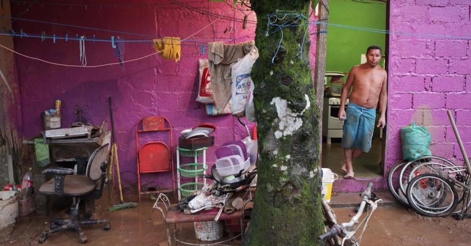 23.fev.2013 - Móveis cheios de lama são 'guardados' em frente à casa do moradores de Cubatão, neste sábado (23), após forte chuva devastar a região no litoral de São Paulo