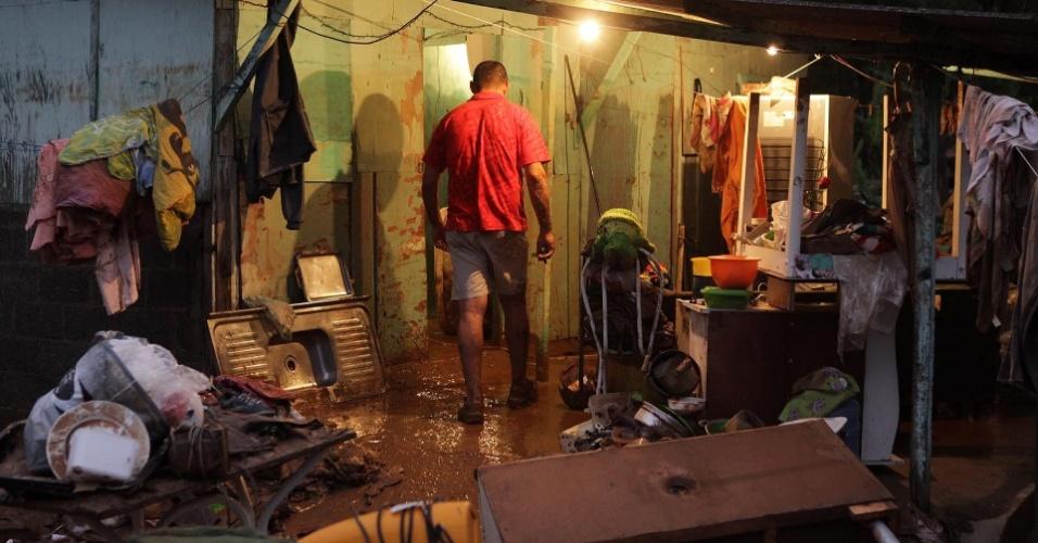 23.fev.2013 - Móveis estragados pela lama são deixados nas ruas de Cubatão, no litoral de São Paulo