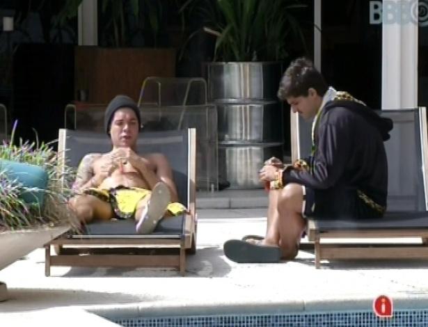 23.fev.2013 - Nasser e André conversam nesta manhã sobre musculação, na beira da piscina