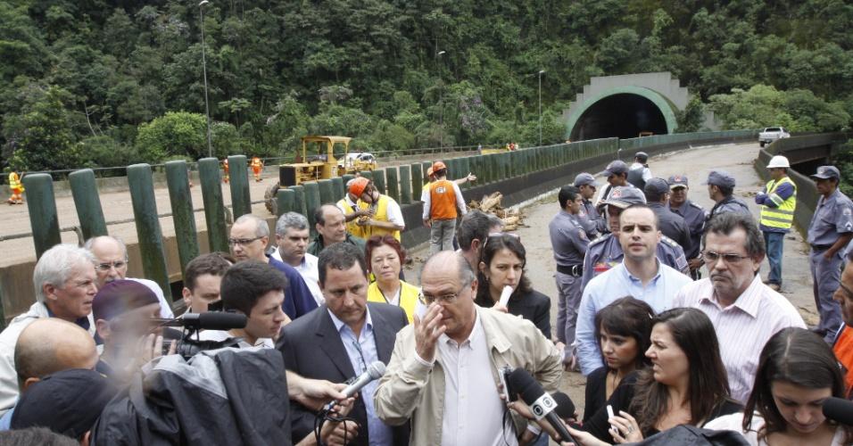 23.fev.2013 - O governador de São Paulo, Geraldo Alckmin, visita o local na rodovia dos Imigrantes onde ocorreram os deslizamentos de terra causados por um temporal, na noite de sexta-feira (22). No sentido para a capital do Estado, está bloqueada a saída do túnel do quilômetro 52 e, na subida da serra, o trânsito foi interrompido nos quilômetros 46, 49 e 51. Outra queda de barreira ocorreu no quilômetro 51, na pista que leva ao litoral