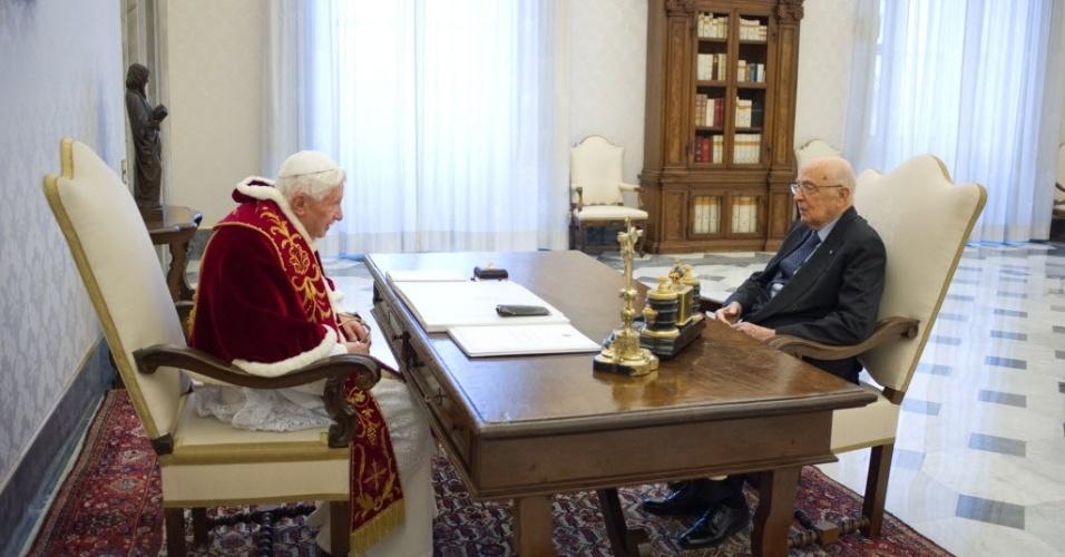 23.fev.2013 - O papa Bento 16 conversa com o presidente italiano, Giorgio Napolitano, durante uma audiência privada e de despedida no Vaticano. Este é o último encontro político do pontífice antes da renúncia marcada para 28 de fevereiro