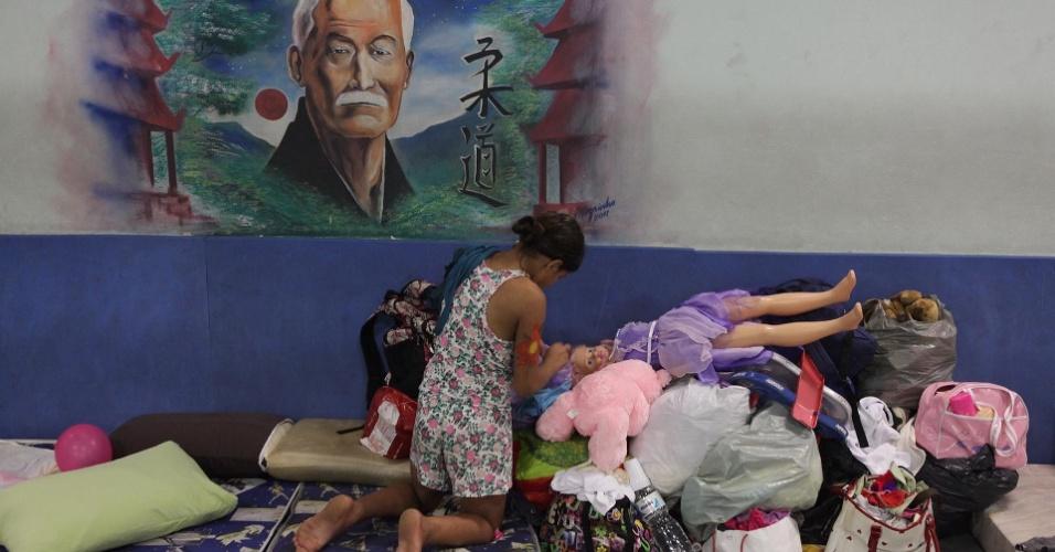 23.fev.2013 - Os desabrigados das chuvas de Cubatão, no litoral de São Paulo, foram levados ao Centro Esportivo Humberto de Alencar, conhecido na região como Castelão