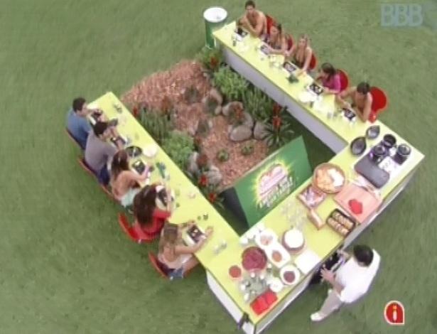 """23.fev.2013 - Participantes do """"BBB13"""" são surpreendidos com almoço do chef Felipe Bronze"""