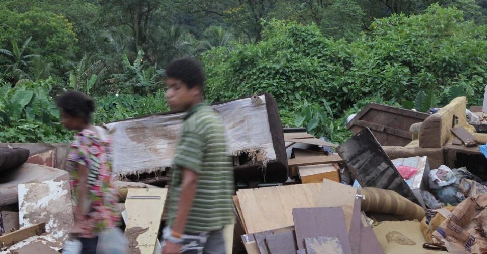 23.fev.2013 - Pilha de móveis estragados pelo temporal que atingiu Cubatão, no litoral de São Paulo, neste sábado (23)
