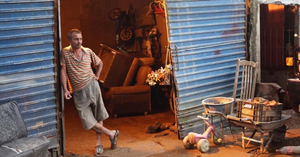 23.fev.2013 - Poltronas e outros móveis são empilhados dentro de casas e nos quintais de moradores de Cubatão, no litoral paulista, neste sábado (23). A cidade decretou estado de emergência após contar mais de 230 desabrigados da chuva