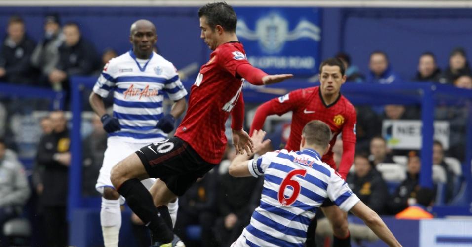 23.fev.2013 - Robin van Persie,do Manchester United, sofre com carrinho de marcador do Queens Park Ranger