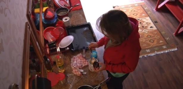 23.fev.2013 - Sem sono, Fani se levanta e prepara um copo de leite na cozinha