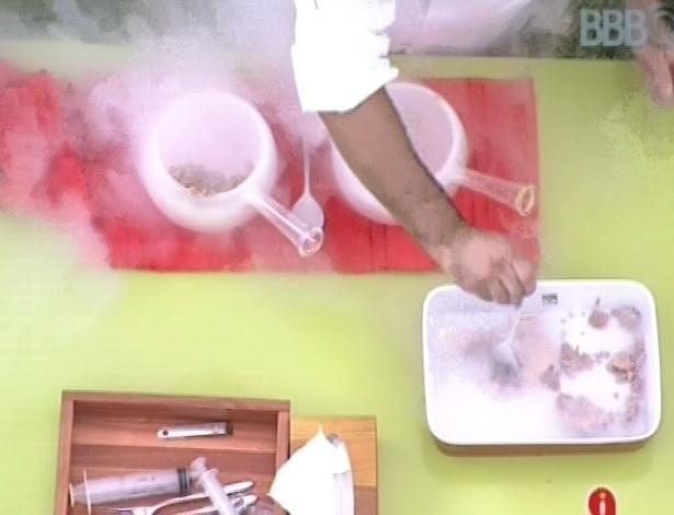 23.fev.2013 - Sobremesa com nitrogênio é preparada pelo chef Felipe Bronze em almoço surpresa ao brothers
