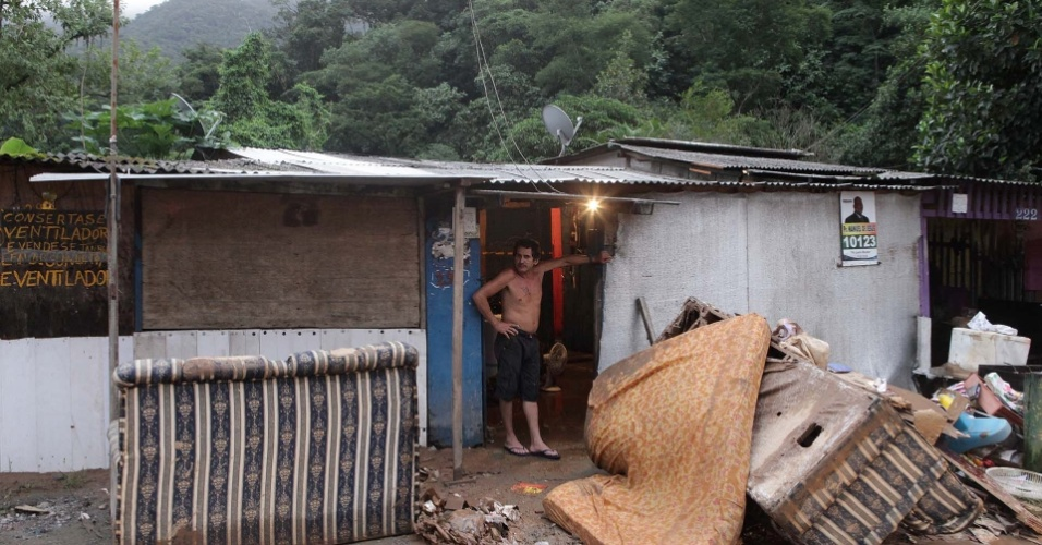 23.fev.2013 - Sofás e colchões foram arrastados pela enxurrada que atingiu Cubatão, no litoral de São Paulo