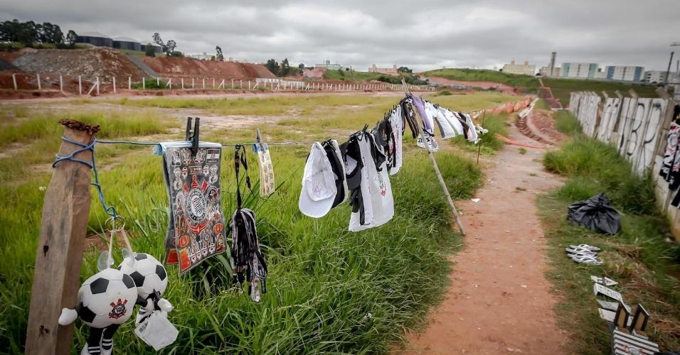 23.fev.2013 - Torcedores do Corinthians visitaram as obras do Itaquerão neste sábado