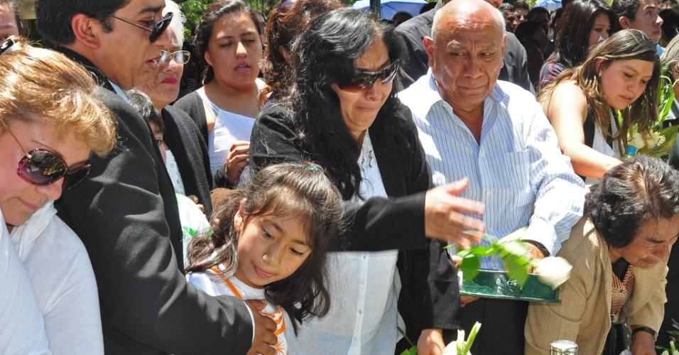 Amigos e familiares se despedem do adolescente Kevin Espada, morto após ser atingido por sinalizador durante o jogo San José x Corinthians, pela Libertadores