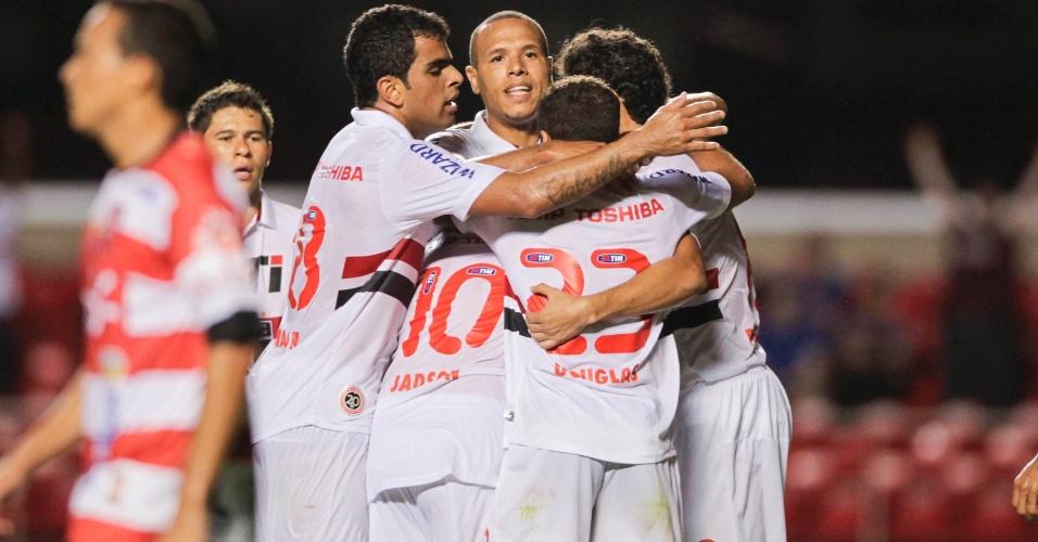 23.fev.2013 - Jogadores do São Paulo comemoram gol marcado na partida contra o Linense, pelo Campeonato Paulista
