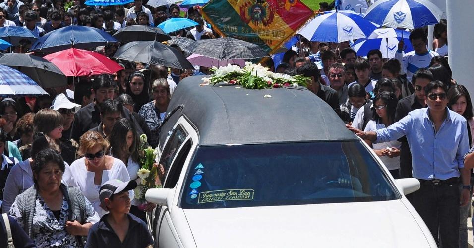 Dezenas de pessoas acompanham o carro que levou o corpo do torcedor boliviano Kevin Douglas Beltrán Espada