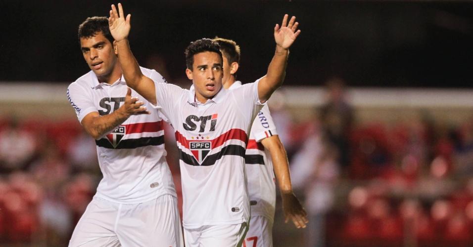 23.fev.2013 - Jadson comemora após abrir o placar para o São Paulo na partida contra o Linense, no Morumbi, pelo Campeonato Paulista