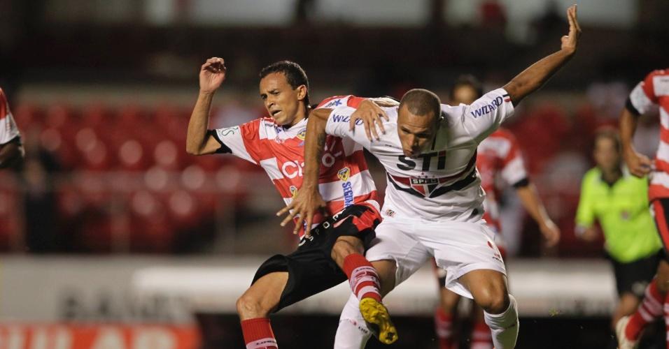 23.fev.2013 - Luis Fabiano briga pela bola na partida do São Paulo contra o Linense, pelo Campeonato Paulista