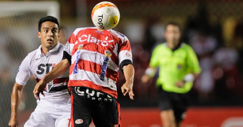 23.fev.2013 - Jadson observa jogador do Linense dominar a bola durante partida do Campeonato Paulista, no Morumbi