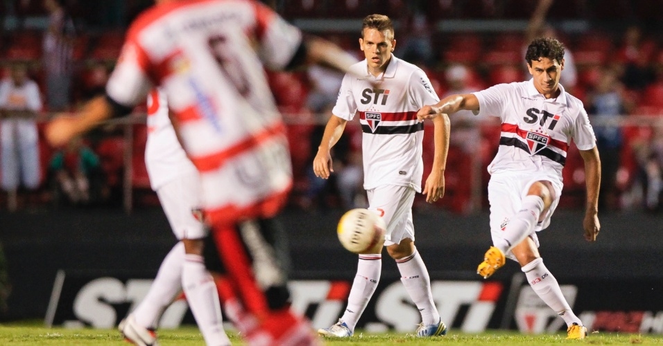 23.fev.2013 - Paulo Henrique Ganso, meia do São Paulo, faz o passe durante a partida contra o Linense, pelo Campeonato Paulista