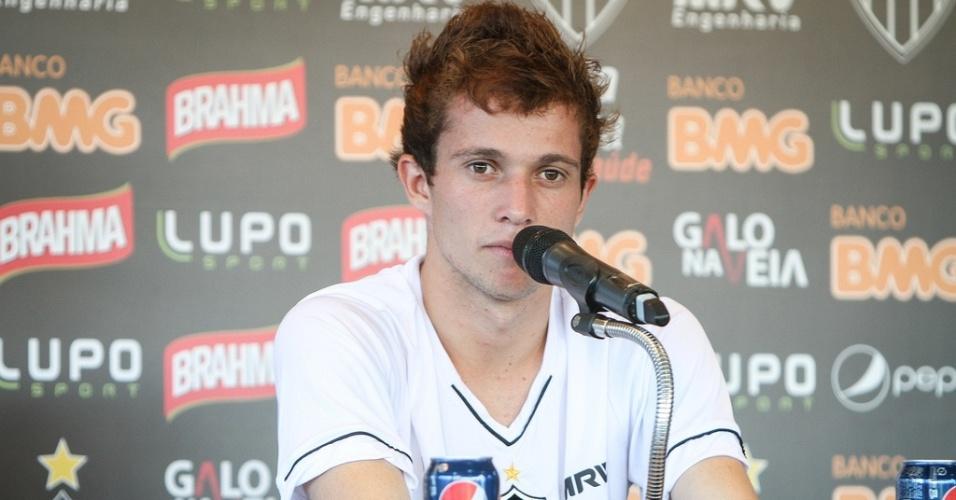 23 fev 2013 - Jovem atacante Bernard dá entrevista na Cidade do Galo, em Vespasiano