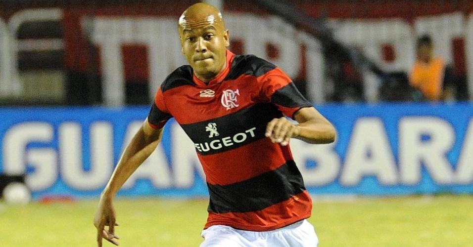23.fev.2013 - Alex Silva carrega a bola na vitória do Flamengo sobre o Olaria