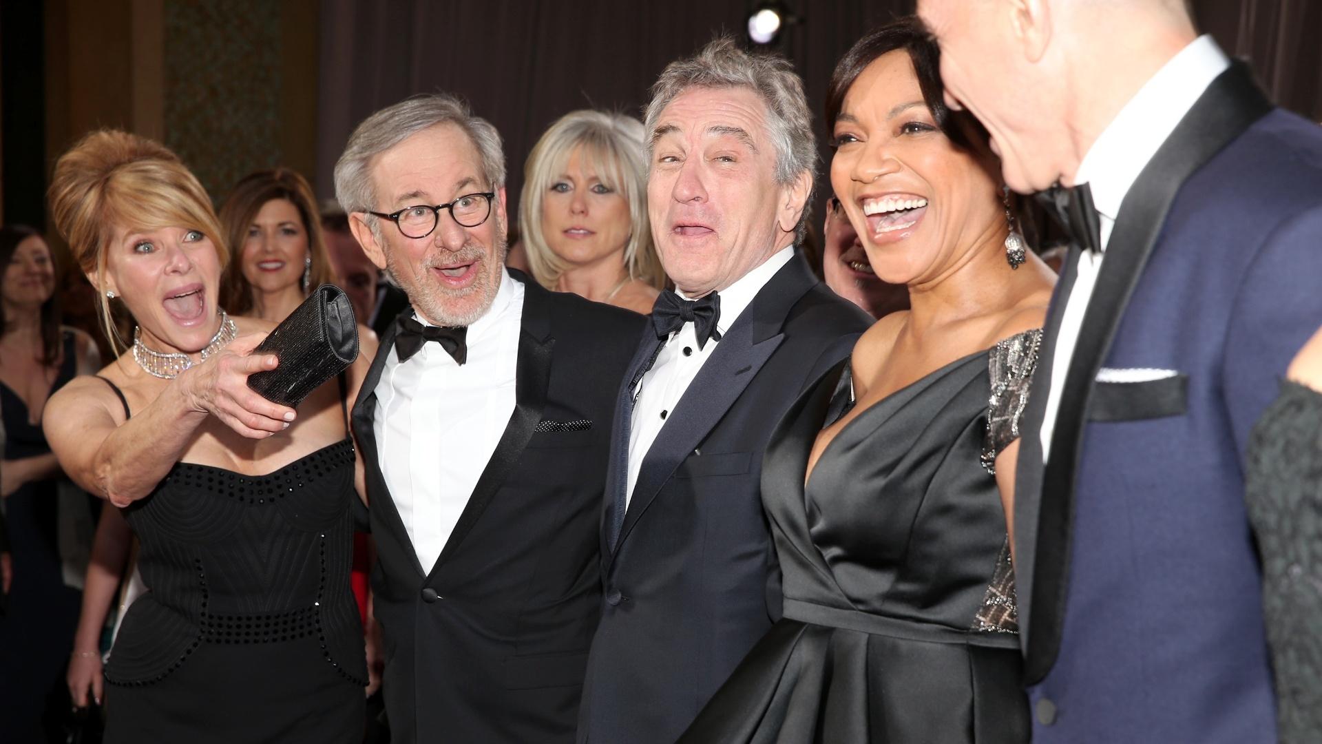 24.fev.2013 - A atriz Kate Capshaw, o diretor Steven Spielberg, o ator Robert De Niro e sua mulher Grace Hightower, e o ator Daniel Day-Lewis minutos antes do início da premiação
