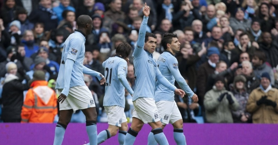 24.fev.2013 - Argentino Tevez marcou o segundo gol do Manchester City na vitória sobre o Chelsea