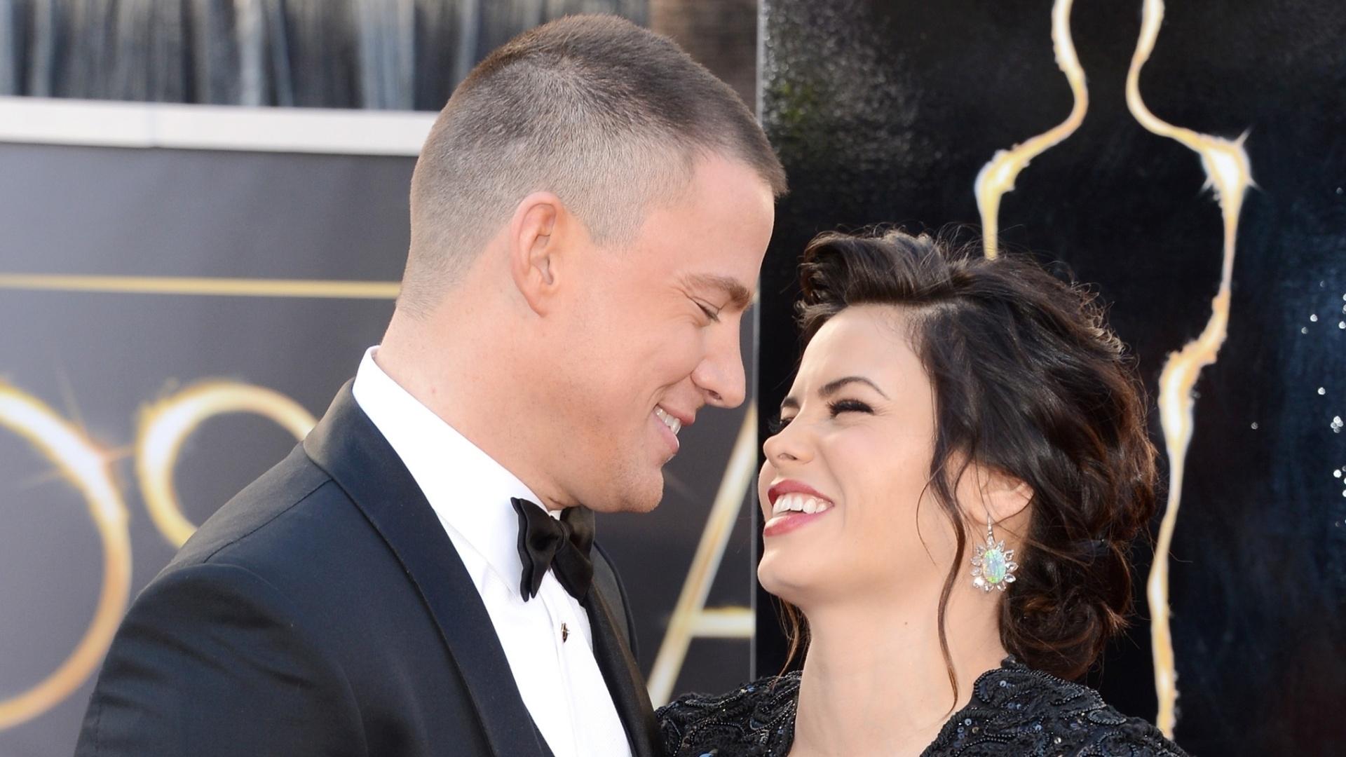 24.fev.2013 - Channing Tatum e a mulher Jenna Dewan no tapete vermelho do Oscar 2013. O casal espera o primeiro filho