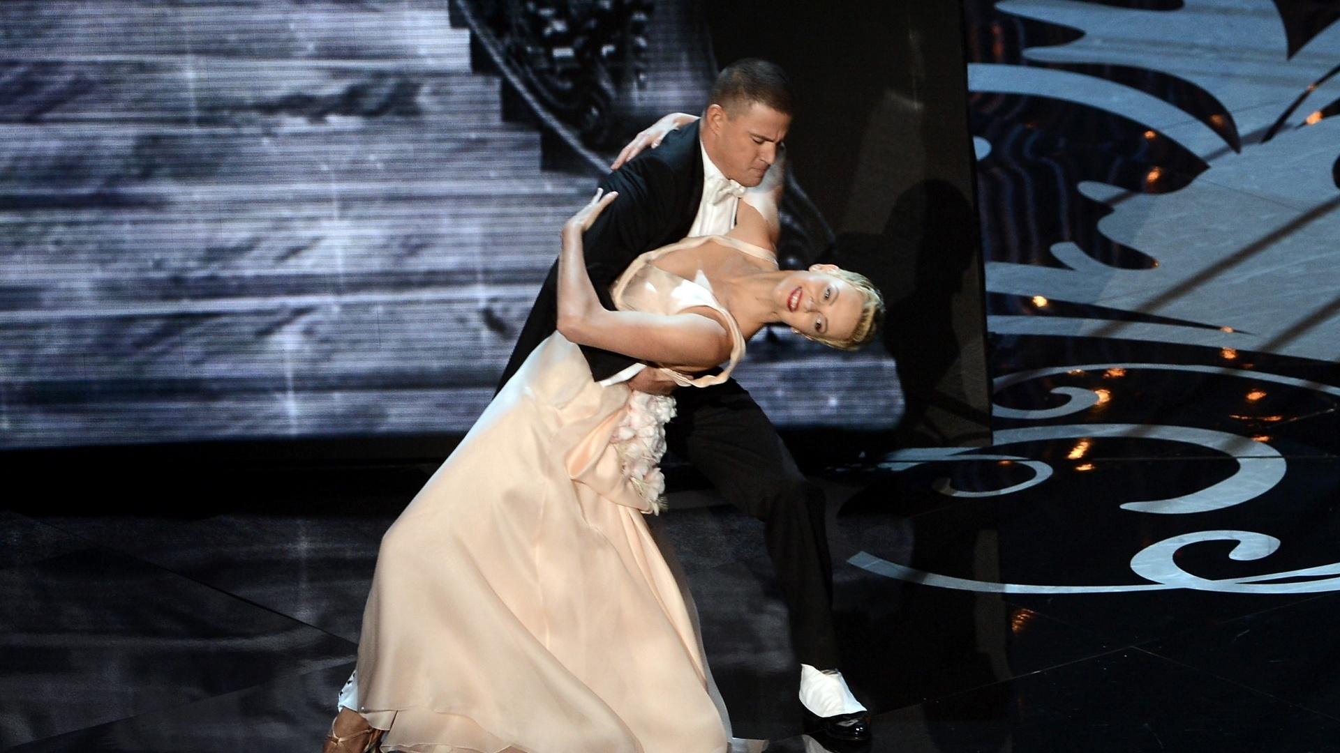 24.fev.2013 - Channing Tatum e Charlize Theron dançam na abertura do Oscar 2013