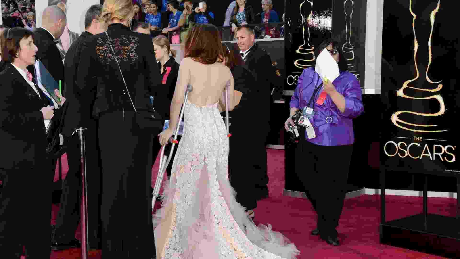 """24.fev.2013 - Com a ajuda de uma muleta, a atriz de """"Crepúsculo"""", Kristen Stewart, chega ao tapete vermelho do Oscar 2013 - Getty Images"""