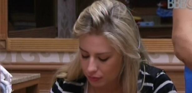 24.fev.2013 - Fernanda almoça junto ao pessoal da xepa; ela estava no grupo perdedor na prova da comida