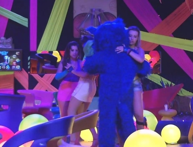 24.fev.2013 - Fernanda dança junto com o Blue Cat e Andressa dança abraçada com Kamilla