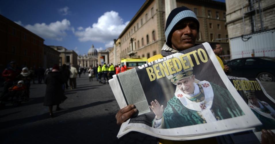 24.fev.2013 - Homem vende jornal com rosto do papa Bento 16 estampado. O pontífice celebra neste domingo (24) a última oração dominical antes da renúncia, marcada para 28 de fevereiro