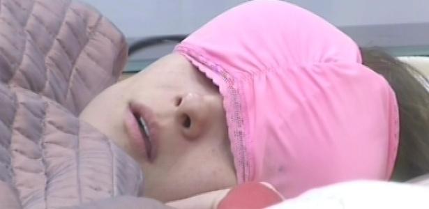 24.fev.2013 - Kamilla volta a dormir no quarto do líder, com um sutiã cor-de-rosa no rosto para se proteger da luz