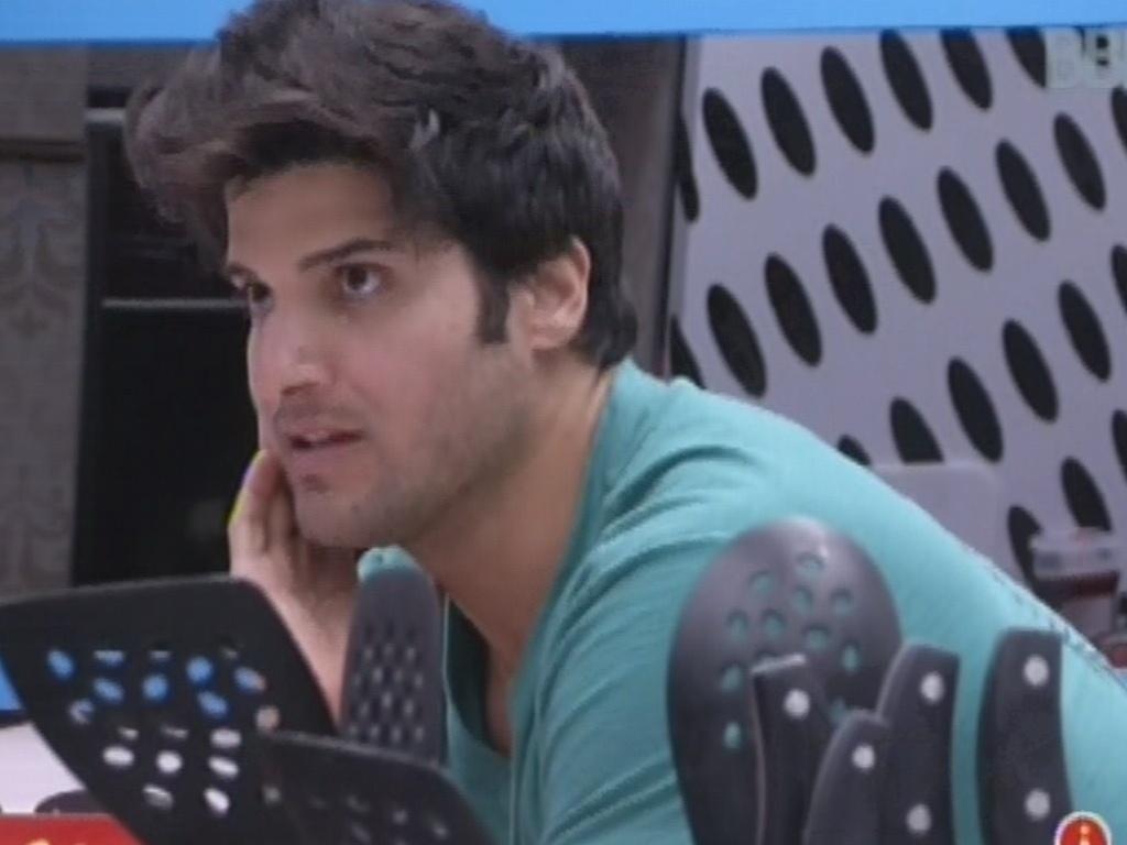 24.fev.2013 - Marcello conta a Kamilla sobre a época em que sua família era dona de um salão no Rio de Janeiro