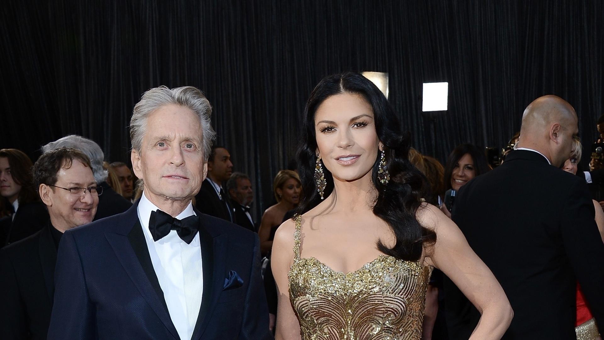 24.fev.2013 - Michael Douglas e Catherine Zeta-Jones chegam ao tapete vermelho do Oscar 2013