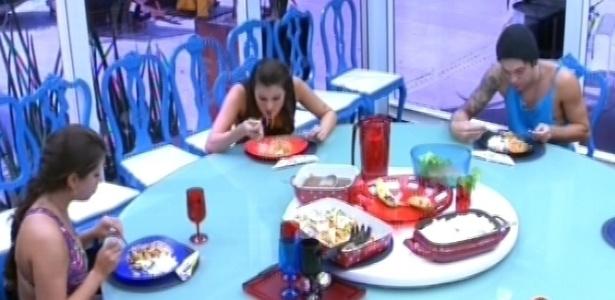 24.fev.2013 - Na casa grande, Andressa, Nasser e Kamilla comem macarronada preparada pela esteticista