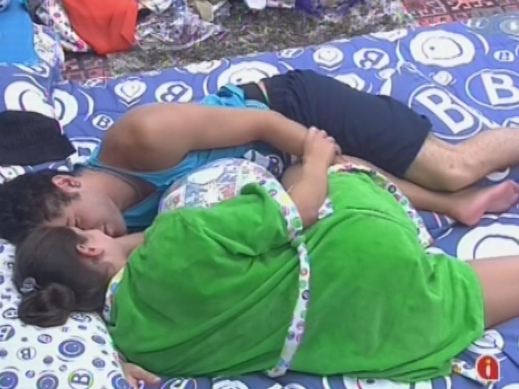 24.fev.2013 - Nasser e Andressa trocam carinhos e beijos no quarto Brechó