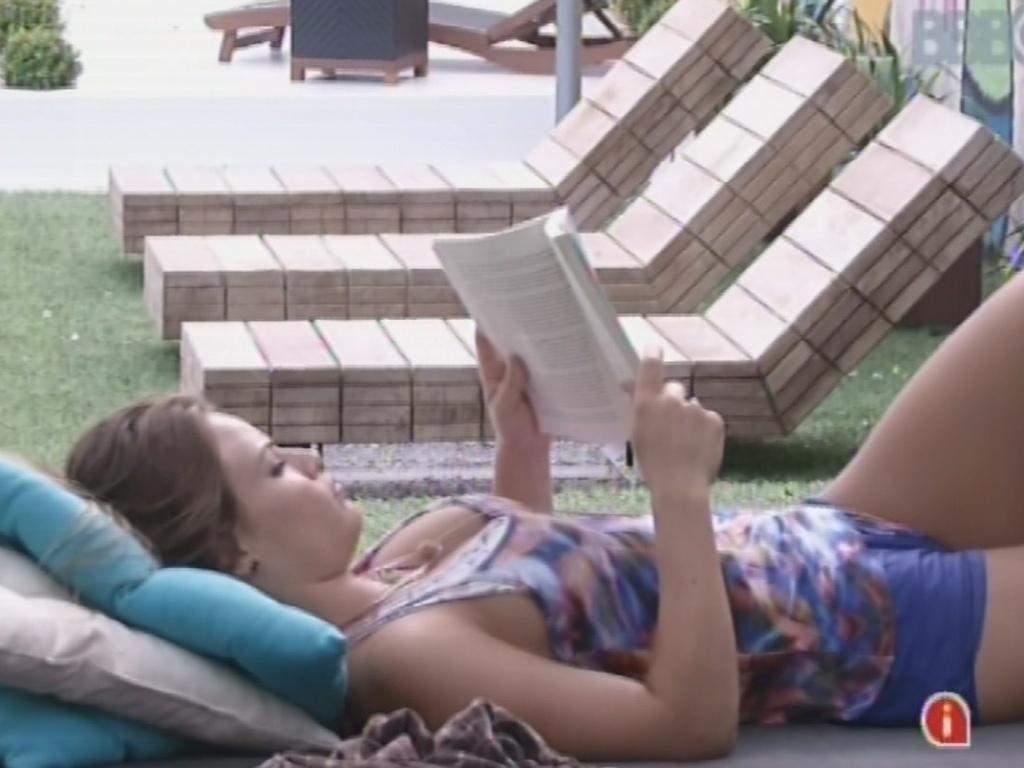 24.fev.2013 - Natália lê deitada no futon da casa
