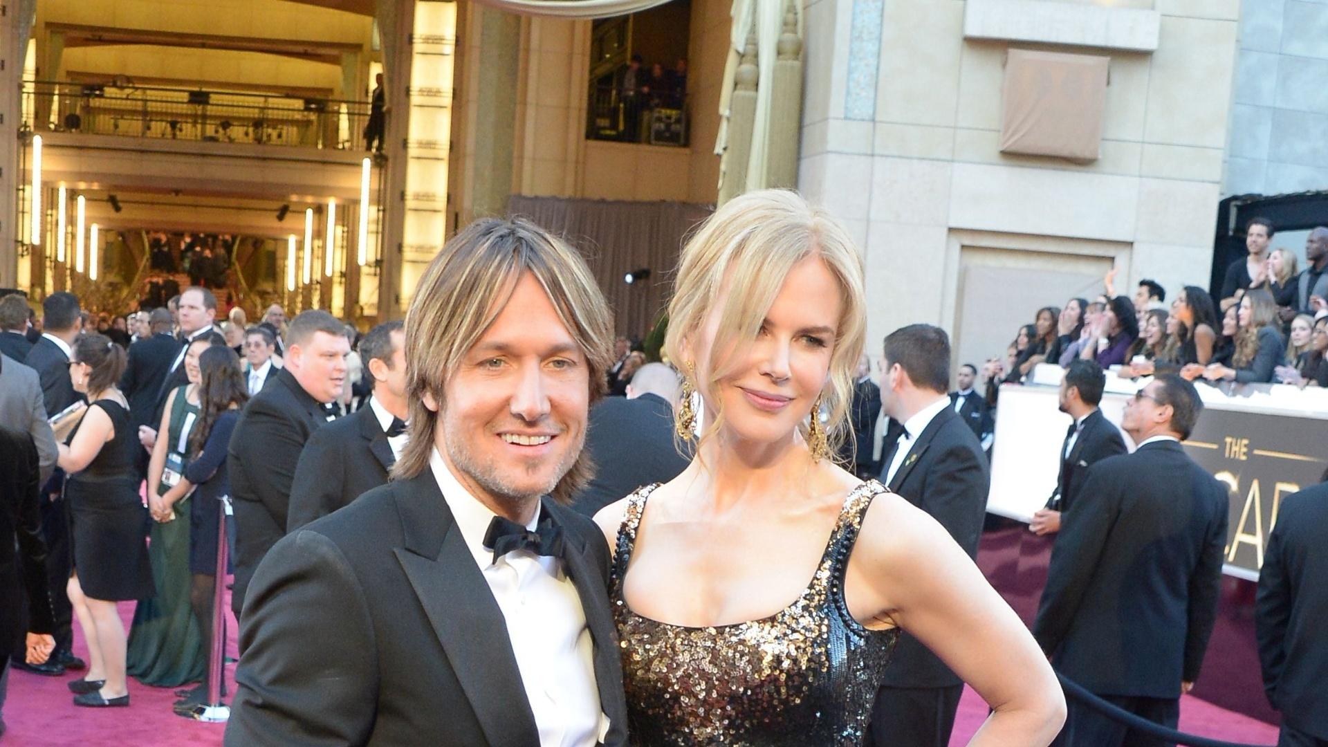 24.fev.2013 - Nicole Kidman e o marido Keith Urban chegam ao tapete vermelho do Oscar 2013
