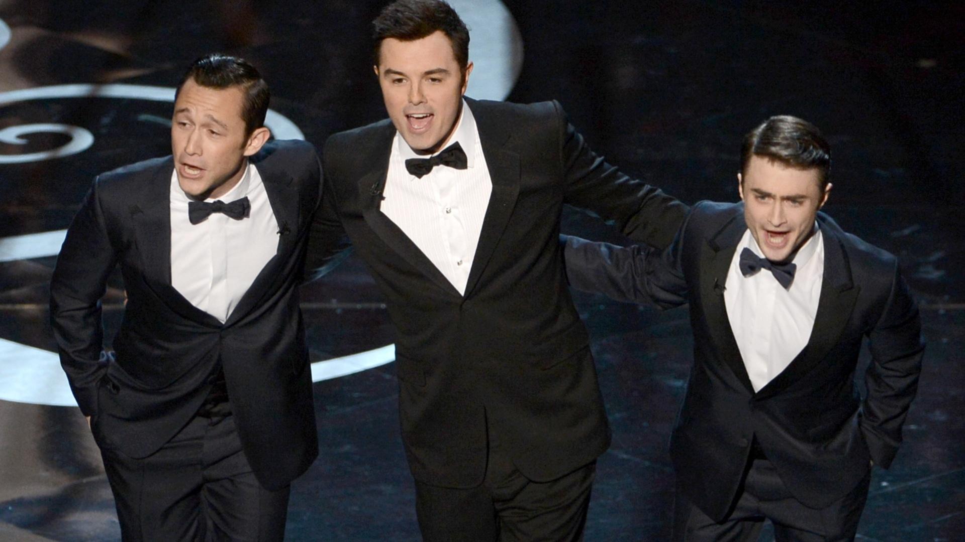 24.fev.2013 - O apresentador Seth Macfarlane (ao centro) dança ao lado dos atores Joseph Gordon-Levitt e Daniel Radcliffe
