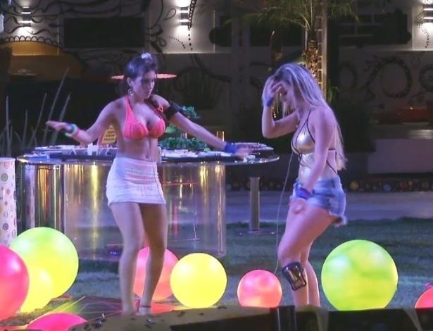 24.fev.2013 - Por volta das 3h, apenas Fernanda e Kamilla dançavam ao ritmo de pagode na pista e eram observadas pelos outros brothers