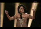 """A cantora Dame Shirley interpreta o tema de """"007 Contra Goldfinger"""""""