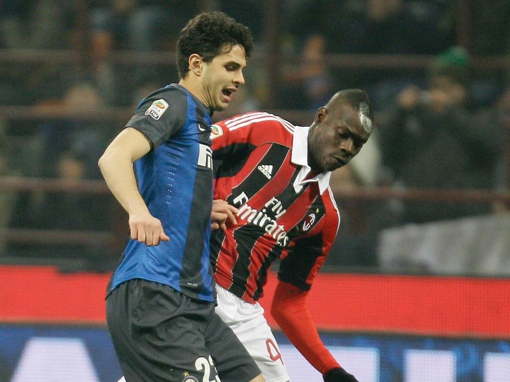 Clássico do Campeonato Italiano entre Milan, de Balotelli, e Inter de Milão, de Ranocchia, terminou empatado em 1 a 1