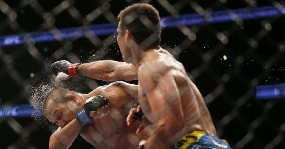 Brasileiro Lyoto Machida acerta soco em Dan Henderson durante luta do UFC 157